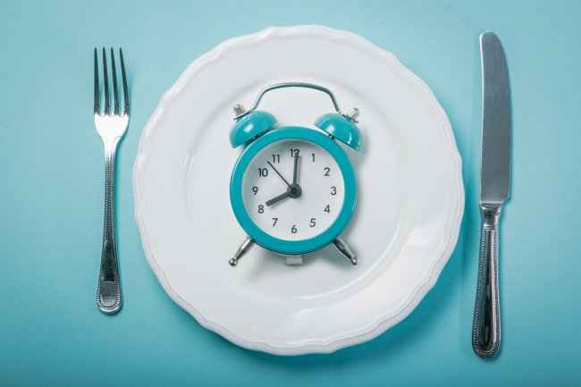 עניין של זמן - empty plate on blue background