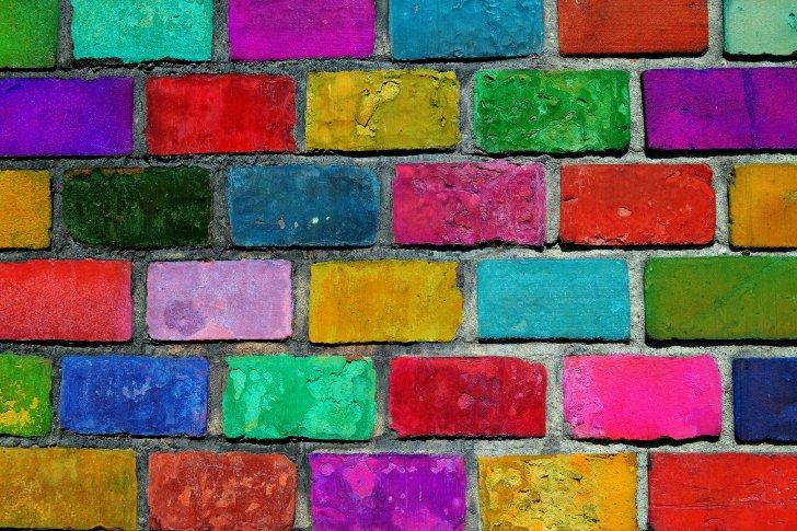 יוצאים מן הכלל - color-brick-wall