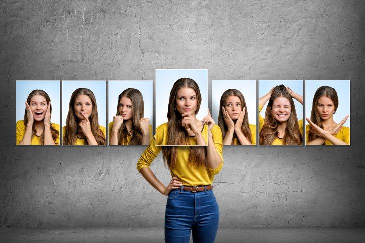 הכל בראש - girl-holds-and-changes-her-face-portraits-with-different-emotions