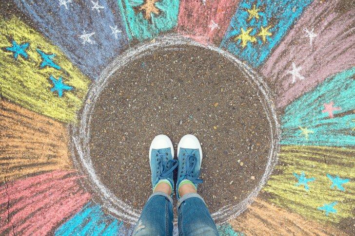 כל צבעי הקשת - comfort-zone-concept-feet-standing-inside-comfort-zone-circle-surrounded-by-rainbow-stripes-