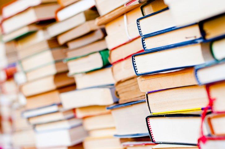 מרוב מילים לא רואים את החומר - stack-of-books-background-many-books-piles