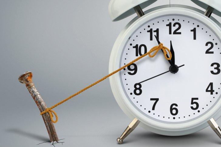 לרדוף אחרי הזמן - time-on-clock-stop-by-nail-delay-concept