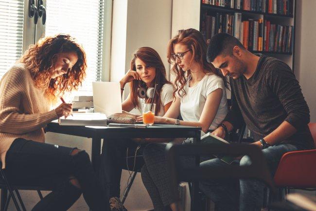 לכתוב כל הדרך אל התואר - Group of students study in the school library