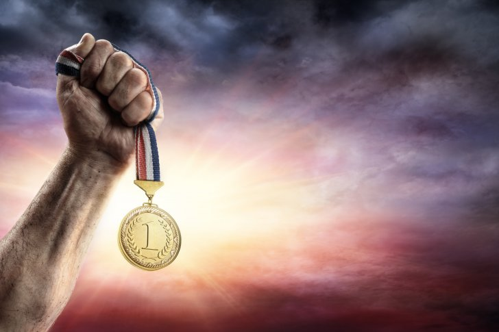 הכוח המניע - medal-of-first-place-in-hand-victory