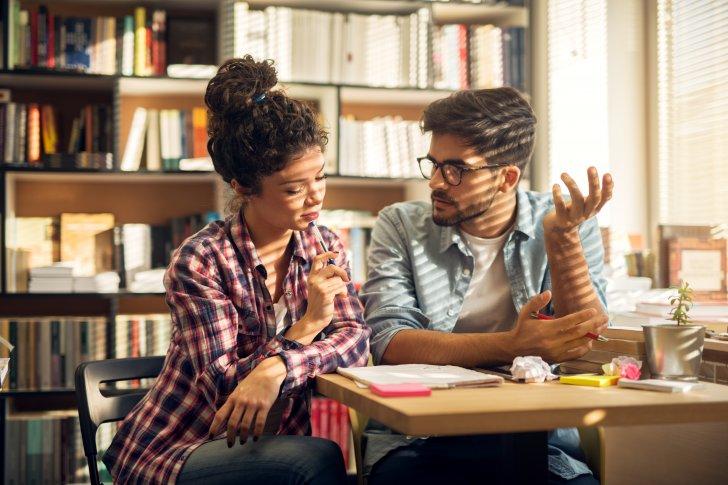 ללמד איך ללמוד - young studying couple sitting in the library