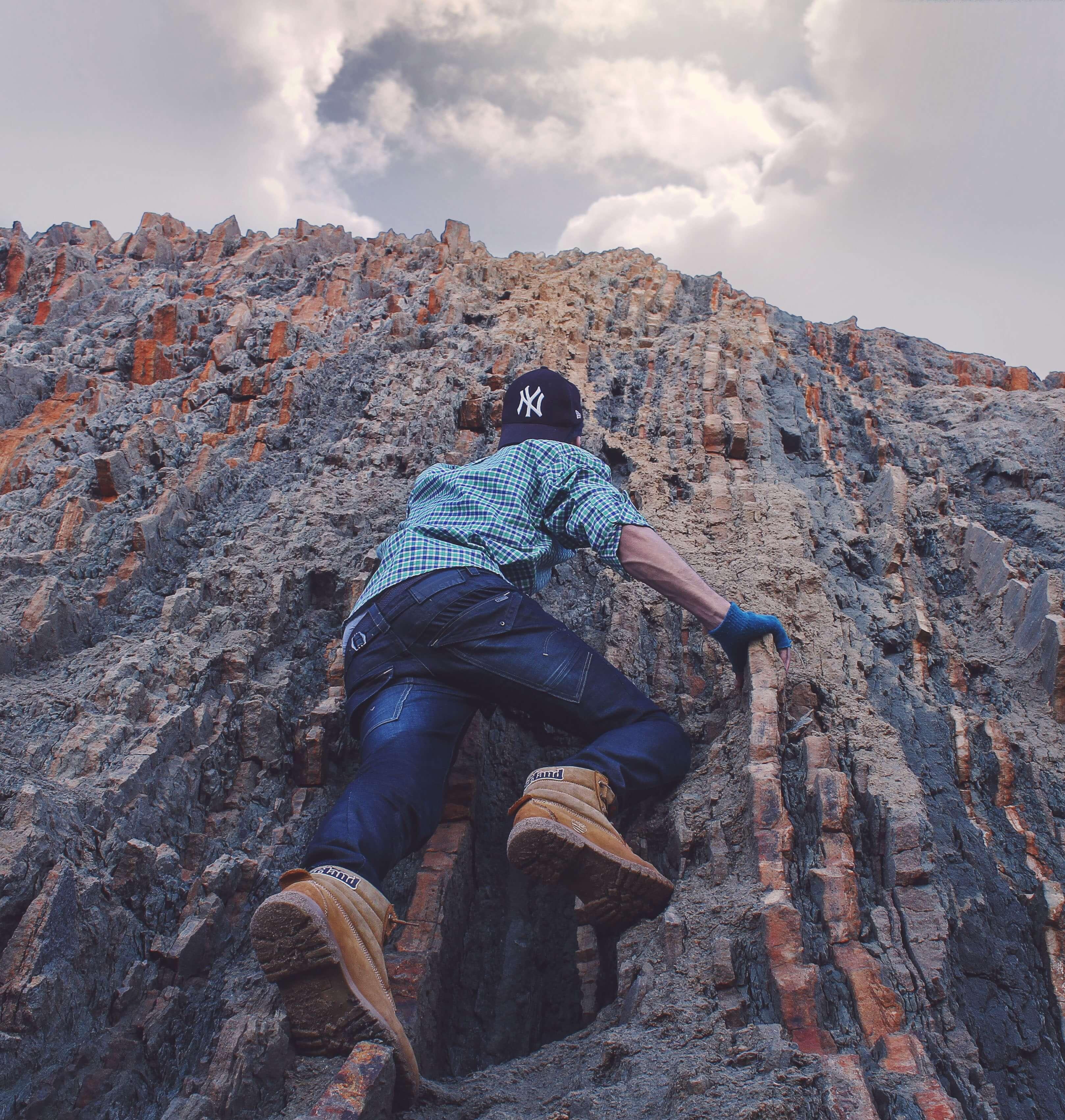 להגיע לפסגת האוורסט - men mountain climbing